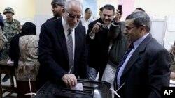 محمد بدیع رهبر اخوان المسلمین، نفر دوم از راست، در صف انتظار برای رای دادن به قانون اساسی محمدمرسی . بنی یوسف، ۲۲ دسامبر ۲۰۱۲