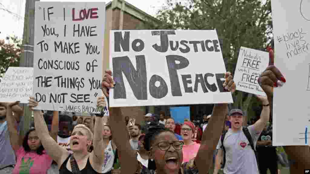 Des manifestations dans un quartier résidentiel à Baton Rouge, Louisiane, 10 juillet 2016.