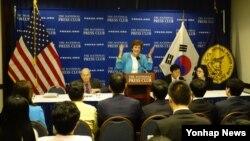 미국 내 북한인권단체 '북한자유연합'의 슈전 숄티 대표가 지난 4월 워싱턴 내셔널프레스클럽에서 열린 기자회견에서 올해 북한자유주간 행사에 관해 설명하고 있다. (자료사진)
