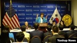 미국 북한자유연합의 슈전 숄티 대표가 지난 4월 워싱턴 내셔널프레스클럽에서 열린 기자회견에서 북한자유주간 행사에 관해 설명하고 있다. (자료사진)