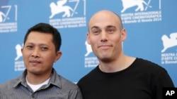 Adi Rukun (kiri) dan sutradara Joshua Oppenheimer di Festival Film Venesia, Italia (28/8). (AP/David Az)