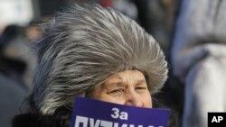 一名普京支持者二月十八日在俄羅斯聖彼得堡出示標語參加遊行