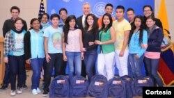 El Ministro Consejero de la Embajada de Estados Unidos, Douglas Koneff, despidió personalmente a los trece Jóvenes Embajadores 2014 que viajan a EE.UU.
