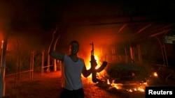 Một người biểu tình trong vụ tấn công Lãnh sự quán Mỹ ở Benghazi vào ngày 11/9/2012.