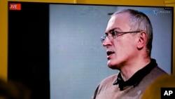 Pembangkang Rusia, Mikhail Khodorkovsky dalam telekonferensi di London yang disiarkan lewat internet, Rabu (9/12).