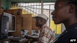 Bafundi ba compagnies ya télécommunication mpo na bokatani ya Internet