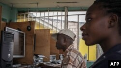 Ba clients na cybercafé na Kinshasa, 25 février 2015.