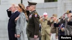 Дональд и Мелания Трамп вместе с ветеранами Второй мировой войны отдают честь погибшим у мемориала II мировой войны в Вашингтоне, 8 мая 2020 года