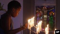 Lilin dinyalakan dan doa dipanjatkan di Gereja Katolik Rosebank, Johannesburg, untuk kesembuhan mantan presiden Afrika Selatan Nelson Mandela. (AP/Denios Farrell)