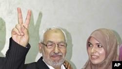 復興運動黨領導人加努希星期四和女兒在一起