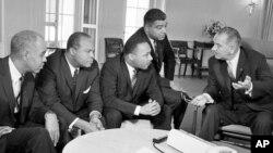 Prezident Lindon Jonsonning fuqaro huquqlari harakati yetakchilari bilan uchrashuvi, Oq uy, 1964-yil yanvar