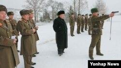 북한군이 이례적으로 올해 동계훈련 기간을 1개월 앞당기고 훈련 규모도 지상과 해상, 공중에서 최고 수준으로 진행 중인 것으로 알려졌다. 김정은 북한 국방위원회 제1위원장이 동계훈련을 참관하는 모습을 지난 5일 조선중앙통신이 공개했다.