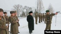 김정은 북한 국방위원회 제1위원장이 동계훈련을 참관하는 모습을 지난 5일 조선중앙통신이 공개했다. (자료사진)