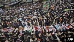 Hàng chục ngàn người Yemen tập hợp dự đám tang của những người biểu tình chống chính phủ bị bắn chết hôm thứ Sáu ở Sana'a, Yemen, 20/3/2011