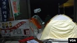 民陣元旦「倒梁」遊行後,連續3晚有數名示威者在政府總部外紥營留守