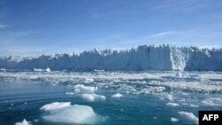 Grönland'da parça parça eriyerek denize karışan buzullar
