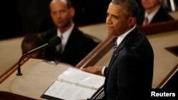 El presidente Barack Obama hace una pausa en su discurso sobre el Estado de la Nación.