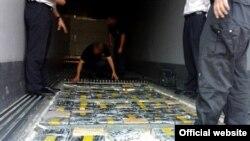 Službenici Uprave carina sa zaplenjenom drogom