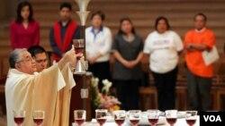 Uskup Gabino Zavala (kiri) saat memimpin misa di sebuah gereja Katolik di Los Angeles (foto: dok).