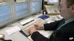 Penelitian mengungkapkan bahwa seseorang yang melewatkan waktu 8 jam di tempat kerja dengan duduk-duduk saja, menghadapi risiko penyakit kronis (foto: dok).