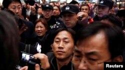 朝鲜公民李钟哲2017年3月4日抵达中国北京机场后被媒体包围。
