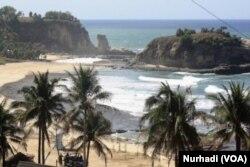 Pantai Klayar, salah satu tujuan wisata di selatan Jawa yang masuk kawasan bahaya tsunami. (Foto:VOA/Nurhadi)
