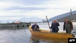 Pas përmbytjeve: Në Obot ende shkohet me varkë