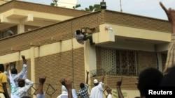 """La embajada de Alemania en Sudán fue atacada la semana pasada, como parte de las protestas contra el filme """"La inocencia de los musulmanes""""."""