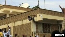 Sudanski demonstranti se penju na krov nemačke ambasade u Kartumu