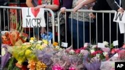 Des personnes rassemblées à Albert Square, en hommage aux victimes de l'attentat de Manchester, le 23 mai 2017.