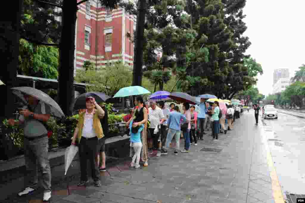 各地民众早上8点就在台湾总统府门前排队等候参观。(美国之音林枫拍摄)