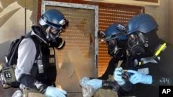 지난 5월 시리아 다마스쿠스 외곽에서 유엔 조사단이 화학무기 사용여부 조사를 위해 샘플을 채취하고 있다.