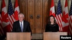 Menlu AS Rex Tillerson dan Menlu Kanada Chrystia Freeland dalam konferensi pers di Parliament Hill di Ottawa, Ontario, 19 Desember 2017.