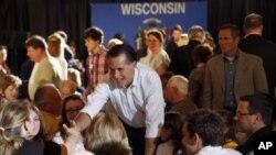 지난 4월 위스콘신 주에서 지지자들과 만난 미트 롬니 공화당 대선 후보.
