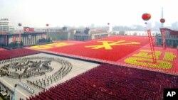 지난 2007년 4월 평양 김일성 광장에서 건군 75주년 기념 열병식에 동원된 주민들이 빨간색 바탕에 노란색으로 '영광'이라는 글자와 노동당 마크를 새겼다. 최근 VOA가 입수한 김일성 광장 위성사진에도 대규모 인파가 열병식을 준비하는 움직임이 포착됐다.