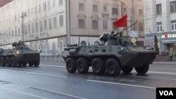 2014年5月胜利日前夕红场阅兵彩排,莫斯科街头的俄罗斯军队。(美国之音白桦拍摄)