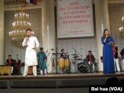 俄罗斯去年夏季举办了越南文化节活动,越南演员在莫斯科表演。(美国之音白桦拍摄)