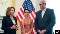 미국을 방문 중인 미얀마의 아웅산수치(가운데) 국가자문역 겸 외교장관이 15일 미국 의회에서 양당 중진의원들과 만났다. 왼쪽은 낸시 팰로시 민주당 하원 원내대표, 오른쪽은 조셉 크롤리 의원.