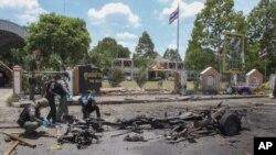 Petugas memeriksa lokasi ledakan bom di Yala, Thailand selatan, 17 Maret 2020.