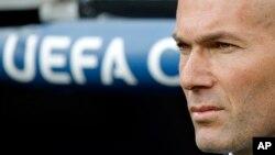 L'entraîneur du Real Madrid Zinedine Zidane se tient sur la touche pour un match de la Champion League, au stade de Madrid, en Espagne, le 4 mai 2016.
