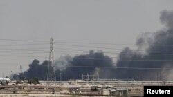 Halo de fumée à la suite de l'attaque qui a visé les installations d'Aramco à Abqaiq, dans l'est de l'Arabie saoudite, le 14 septembre 2019.