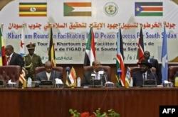 De gauche à droite, le président ougandais Yoweri Museveni, le président soudanais Omar al-Bashir et le président sud-soudanais Salva Kiir participent à une réunion de paix à Khartoum le 25 juin 2018.
