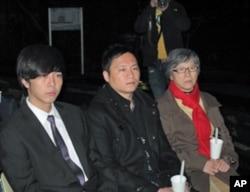 民運人士王丹(中),台灣大學時務社社長黃俊傑 (左)