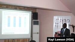 Hervé Akinocho, directeur exécutif du CROP, présente les résultats du sondage à Lomé, le 22 avril 2018. (VOA/Kayi Lawson)