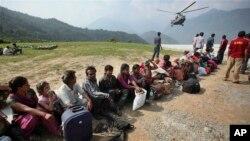 Người hành hương tại khu vực lũ lụt chờ được giải cứu, ngày 21/6/2013.