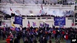 На фото: прихильники Трампа поблизу Капітолію