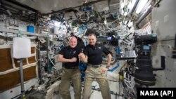 ນຶ່ງປີໃນການປະຕິບັດງານ ເທິງສະຖານີອະວະກາດນາໆຊາດ ທ່ານ Scott Kelly ຈາກອົງການ NASA (ຊ້າຍ) ແລະທ່ານ Mikhail Kornienko ແຫ່ງອົງການ Roscosmos.