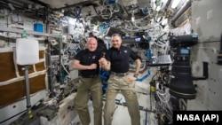 美国宇航员凯利和俄罗斯宇航员科尔尼延科在国际空间站停留将近一年后,启程返回地球。