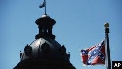 Lá cờ của Liên minh miền Nam được treo gần tòa nhà chính quyền tiểu bang South Carolina ở Columbia, Hoa Kỳ.