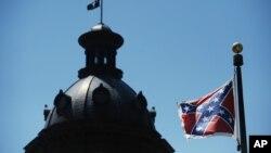 Bendera kondererasi berkibar di gedung Capitol kota Columbia, S.C., 19 Juni 2015.